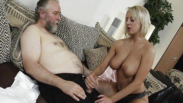 نوارهای کلیپ سوپروسکسی زیبا و لاتینا و انگشت او را fucks می کند