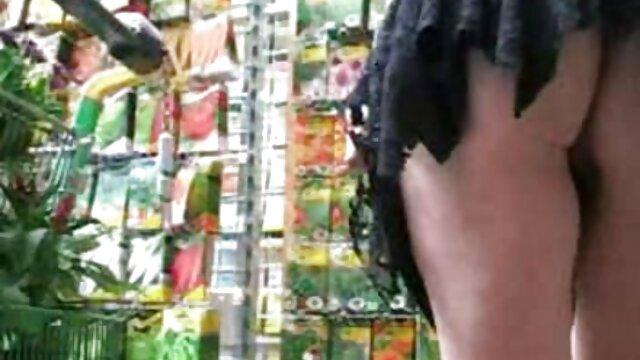 موهای قرمز کلیپ سکسی سوپر بیدمشک با جوراب های یکپارچه لباس زیر زنانه خود ارضایی می کند